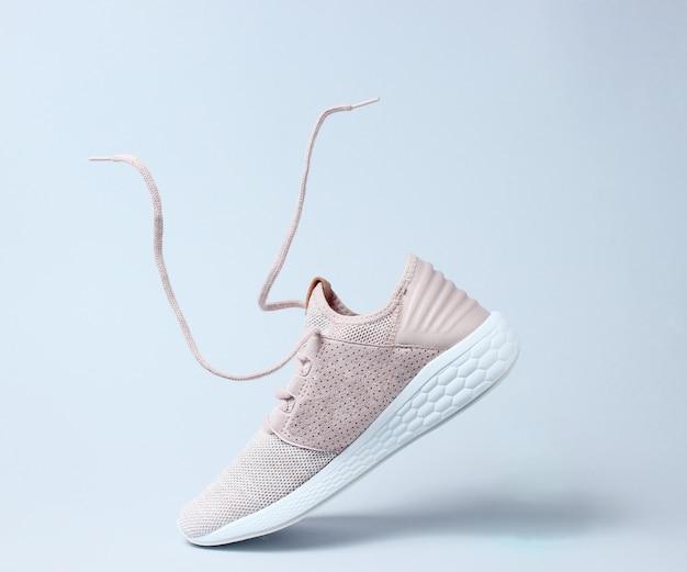 Esecuzione di scarpe sportive con lacci volanti.