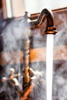 Rubinetto d'epoca funzionante con acqua calda. vista ravvicinata