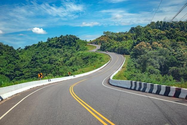 Strada di campagna rurale sulla catena montuosa rush green forest