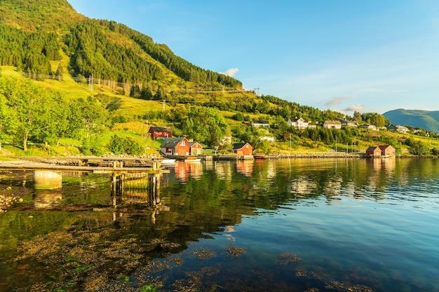 Case rurali nei fiordi norvegesi, paesaggio verde, norvegia, villaggio di rosendal.