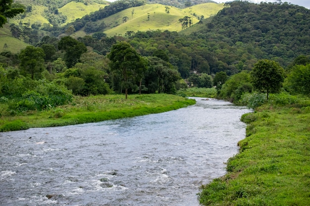 Paesaggio rurale con pascolo e piccolo fiume