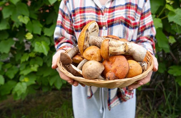 Concetto di vita rurale mani femminili con grandi funghi commestibili appena raccolti dalla foresta. vivere in armonia con la natura.