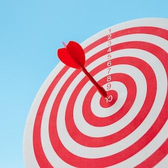 Raggiungere l'obiettivo con assoluta precisione, quindi entrambi rappresentano una sfida nel marketing aziendale.