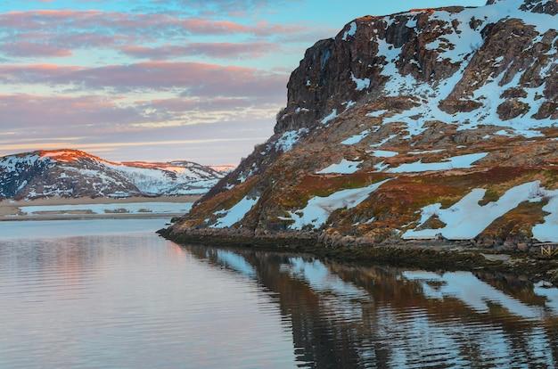 Russia, artico, penisola di kola, mare di barents, teriberka: natura selvaggia rurale con terreno roccioso.