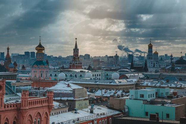 Russia, paesaggio urbano di mosca. vista dal tetto di una casa nella parte centrale della città.