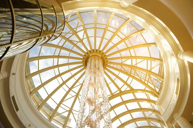 Russia, tjumen ', 21.02.2020. anagrafe di tjumen '. architettura moderna della cupola di vetro. il tetto dell'edificio è in stile liberty con una finestra sul soffitto. interior design di lusso.