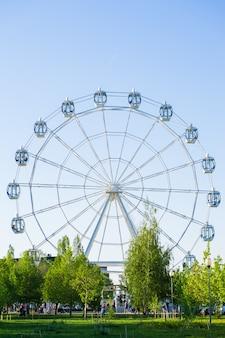 Russia, voronezh, 1 maggio 2018. ruota panoramica nel parco.