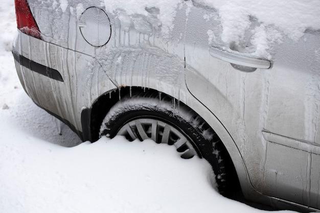Russia vyborg 02.03.2021 auto grigia ricoperta di neve sulla strada della città. foto di alta qualità