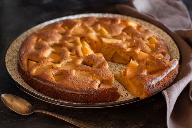 Torta di mele russa charlotte su un tavolo rustico scuro