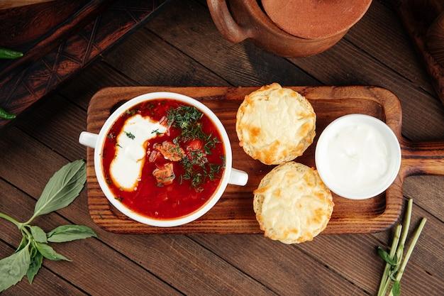 Zuppa russa di barbabietola borscht con panna acida