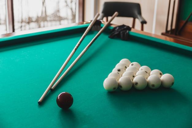 Tavolo da biliardo russo con palle e stecche