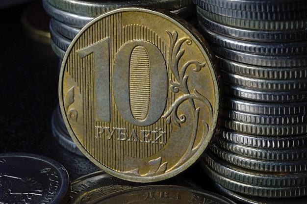 Moneta russa in denominazione di rubli sullo sfondo di altri rubli russi di varie denominazioni