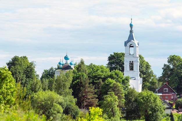 Paesaggio russo con vecchie chiese e villaggio durante il giorno d'estate