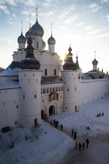 Chiesa ortodossa russa con cinque cupole alla luce del sole del mattino