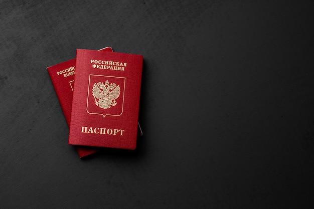 Passaporto russo su spazio copia superficie nera