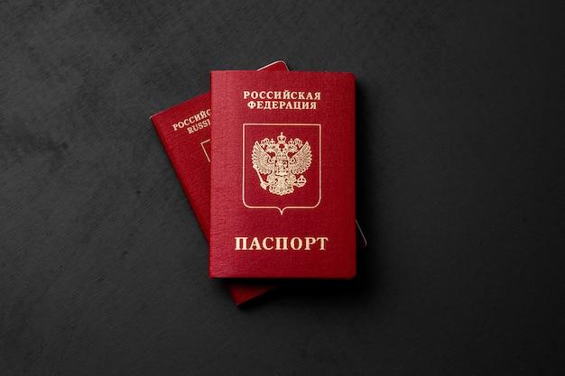 Passaporto russo su una superficie scura