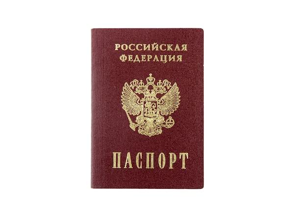 Il passaporto russo tenere in mano. isolato
