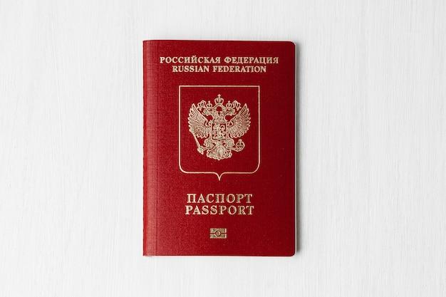 Passaporto russo su un muro chiaro