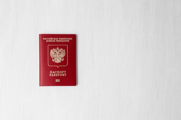 Passaporto russo sul muro bianco con copia spazio