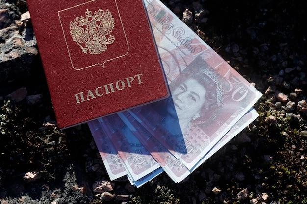 Passaporto russo con denaro in sterline inglesi. foto di alta qualità