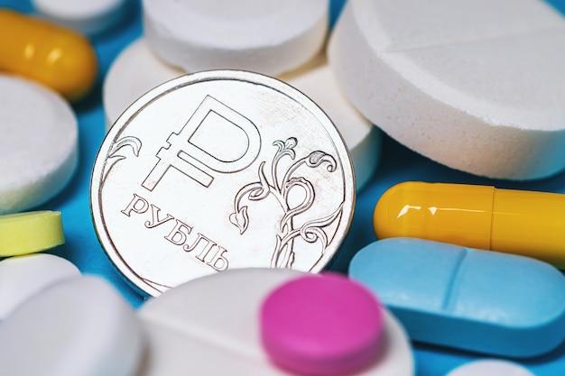 Rublo russo moneta su varie compresse closeup concetto sul costo dei farmaci