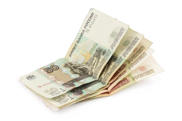 Rubli russi cinquanta e cento rubli banconote isolate sulla superficie bianca