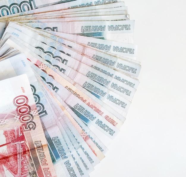 Rubli russi delle mille e cinquemila categorie su uno sfondo bianco.