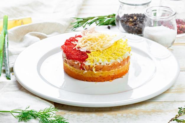 Insalata russa mimosa con salmone salato e caviale