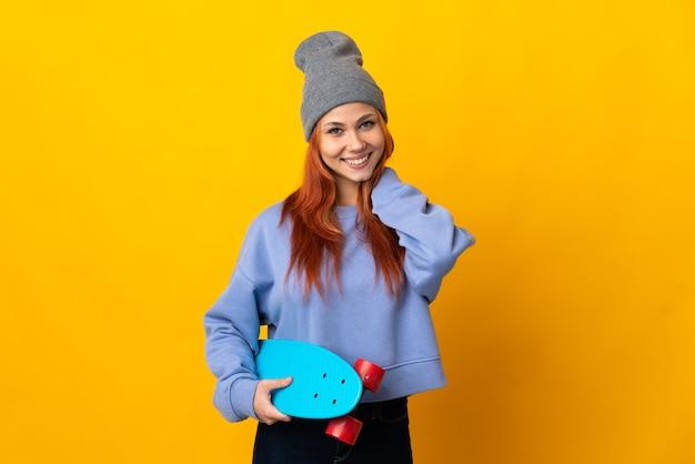 Donna russa del pattinatore isolata sulla risata gialla