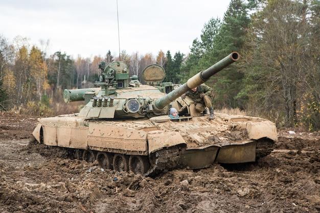 Carro armato russo cavalca su una strada forestale