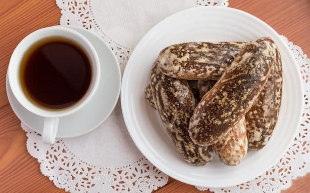 Biscotti di pan di zenzero lustrati tradizionali russi e una tazza di tè