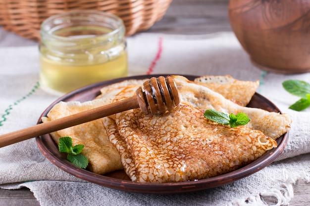 Frittelle tradizionali russe con lievito e miele tradizionali per la settimana dei pancake russi