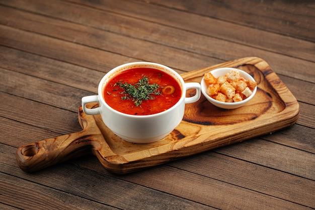 Zuppa tradizionale russa solyanka con crostini