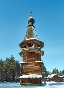 Architettura tradizionale russa in legno - campanile, villaggio di malye karely, regione di arkhangelsk, russia