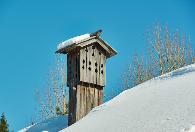 Architettura tradizionale russa in legno - chudsky konek , top log sul tetto della casamalye karely village, regione di arkhangelsk, russia