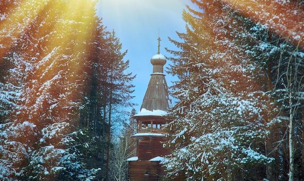 Architettura di legno tradizionale russa - chiesa, villaggio di malye karely, regione di arkhangelsk, russia