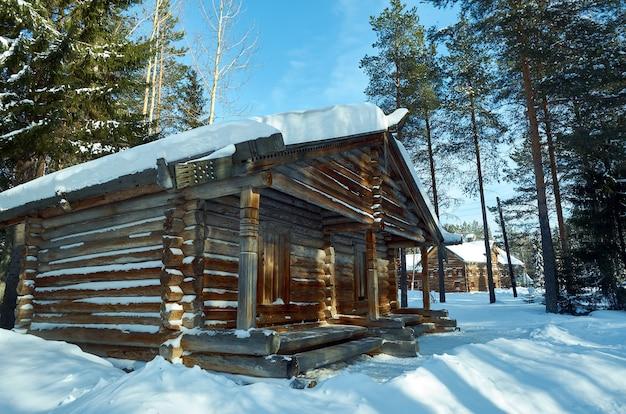 Architettura tradizionale russa in legno - granaio, villaggio di malye karely, regione di arkhangelsk, russia