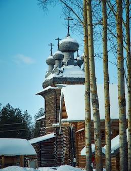Architettura tradizionale russa in legno, villaggio di malye karely, regione di arkhangelsk, russia