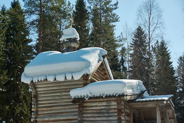 Cappella di legno tradizionale russa, villaggio di malye karely, regione di arkhangelsk, russia