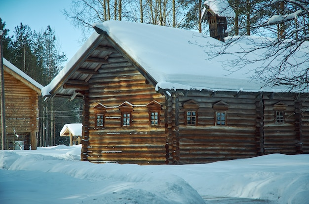 Casa contadina di legno tradizionale russa, villaggio di malye karely, regione di arkhangelsk, russia