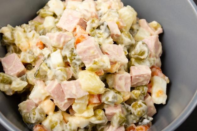 Tradizioni russe. insalata di capodanno olivier.