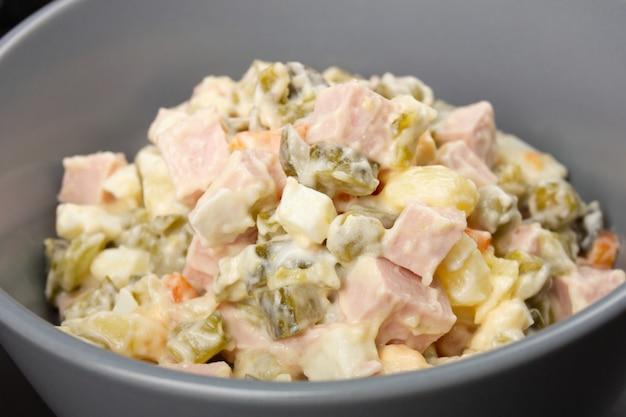 Tradizioni russe. insalata di capodanno olivier. Foto Premium