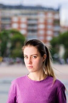 Studente biondo del ritratto di stile di vita della giovane donna russa che guarda l'obbiettivo