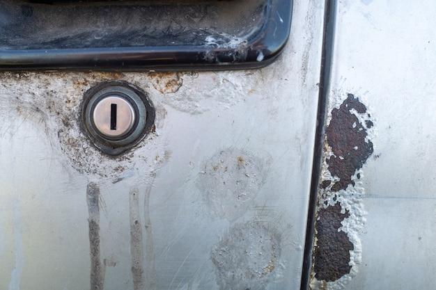 Ruggine su una carrozzeria. corrosione del metallo