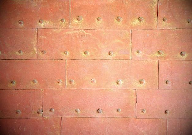 Struttura in metallo ruggine con rivetti