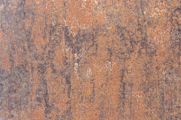 Arrugginito sulla superficie della vecchia lastra di ferro, deterioramento dell'acciaio, decadimento e grunge