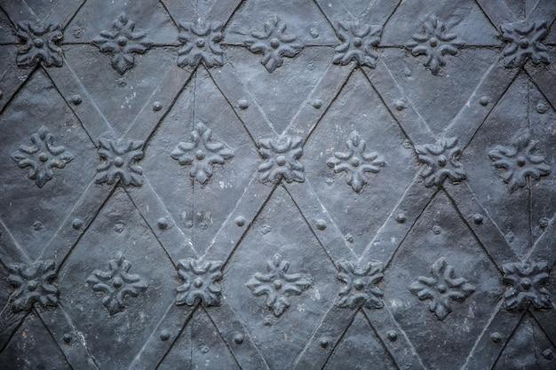 Porte antiche rustiche modello ornamenti ripetitivi medievali.