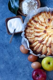 Crostata di mele rustica ingredienti, mele, farina, burro, zucchero. look vintage. dessert di mele. vista dall'alto con spazio di copia.