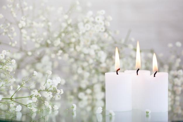 Respiro di bambino rustico fiori bianchi secchi di gypsophila e candele sul tavolo. bellissime idee per la decorazione di matrimoni e interni per la decorazione della casa.