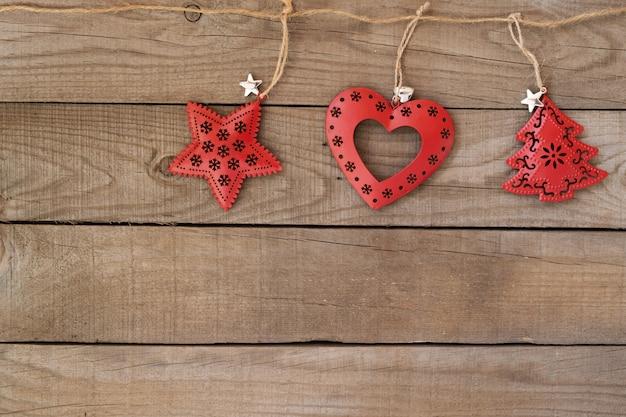 Natale rustico decorativo, ornamento di natale che appende sul fondo di legno della parete. stile vintage.